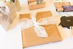 Tillbehör för bås för bok och för foto för säckvävbröllopgäst arkivbilder