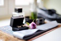 Tillbehör för bröllop för brudgum` s: bind och två guld- manschettknappar i svart ask Royaltyfri Fotografi