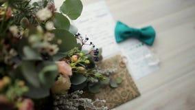 Tillbehör för bröllopceremonin Closeup av elegant stilfull brun manlig tillbehör på träbakgrund Top beskådar arkivfilmer