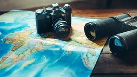 Tillbehör för kamera, översikt och kikare för lopptappningfilm på trätabellen, Front View Affärsföretagloppet spanar Journey Conc royaltyfria bilder