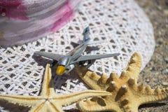 Tillbehör för lopp för strandsommarsemester på sandbakgrund Arkivfoto