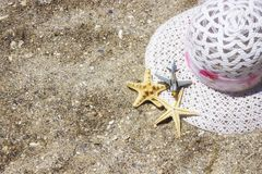 Tillbehör för lopp för strandsommarsemester på sandbakgrund Arkivbilder