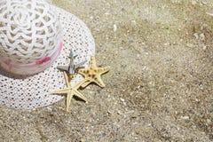 Tillbehör för lopp för strandsommarsemester på sandbakgrund Royaltyfria Foton