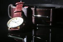 Tillbehör för man` s med den bruna det läderplånboken, bältet och klockan Arkivbild