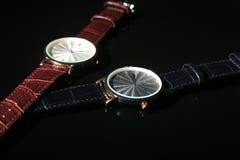 Tillbehör för man` s med den bruna det läderplånboken, bältet och klockan på svart spegelbakgrund Royaltyfri Fotografi