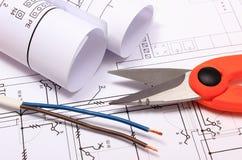Tillbehör för teknikerjobb och rullar av diagram på byggnadsritning Fotografering för Bildbyråer