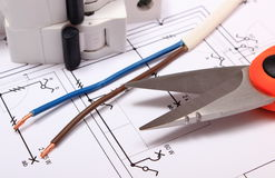Tillbehör för teknikerjobb som ligger på byggnadsritning Fotografering för Bildbyråer