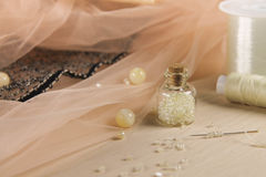 Tillbehör för tillverkningen av försiktiga klänningar Arkivfoto