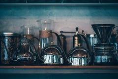 Tillbehör och objekt för kaffe på en bakgrund av en concreat w arkivbilder