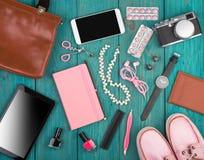 tillbehör, skor, minnestavlaPC, kamera, påse, anteckningsbok, klocka, hörlurar, svart tavla och väsentlighet fotografering för bildbyråer