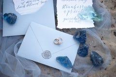Tillbehör som gifta sig på stranden tillbehör som gifta sig på sanden bröllop för romantiskt symbol för inbjudan för bakgrundsele Arkivfoto