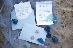 Tillbehör som gifta sig på stranden tillbehör som gifta sig på sanden bröllop för romantiskt symbol för inbjudan för bakgrundsele Fotografering för Bildbyråer