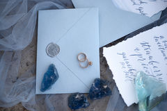 Tillbehör som gifta sig på stranden tillbehör som gifta sig på sanden bröllop för romantiskt symbol för inbjudan för bakgrundsele Royaltyfri Bild