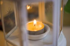 Tillbehörljusstakar med brinnande stearinljus på vit bakgrund Blå tonsammansättning för hem, skönhetsalong och brunnsort royaltyfri fotografi
