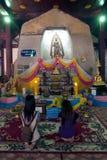 Tillber det thailändska folket för buddism på Buddha i den Wat Naprameru templet Arkivfoton