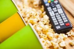 Tillbringa veckoslutet hemma, fritidlivsstilen, TV, snabbmatbegrepp arkivfoton