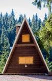Tillbringa veckoslutet stugan, berglandskap med att slutta taket, fönster w royaltyfria bilder