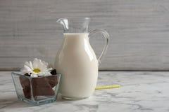 Tillbringaren med mjölkar och chokladstycken Royaltyfria Bilder