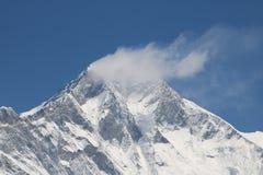 Tilldrar härlig snö täckte Mount Everest många klättrare och högt erfor bergsbestigare royaltyfri bild