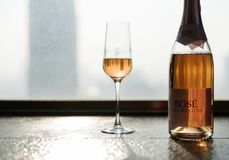 Tillfälle för exponeringsglas för Champagneberömflaska royaltyfri bild