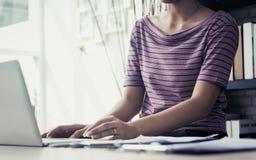 Tillfällig affärskvinna som använder datoren royaltyfri foto