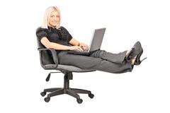 Tillfällig affärskvinna som arbetar på bärbara datorn Royaltyfria Bilder