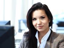 Tillfällig affärskvinna som i regeringsställning använder bärbara datorn Arkivfoto