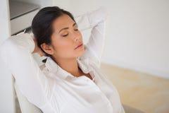 Tillfällig affärskvinna som ta sig en tupplur på hennes skrivbord Royaltyfria Foton