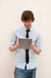 Tillfällig affärsman på den smart tableten Royaltyfri Fotografi