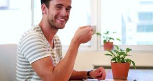 Tillfällig affärsman som dricker den varma drycken lager videofilmer