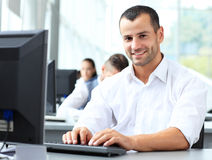 Tillfällig affärsman som i regeringsställning använder bärbara datorn Fotografering för Bildbyråer