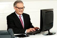 Tillfällig affärsman som skrivar på tangentbordet Arkivfoto