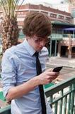 Tillfällig affärsman Texting på den mobila telefonen Fotografering för Bildbyråer
