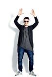 Tillfällig bärande solglasögon för ung man, händer upp som är lycklig, realitet a Fotografering för Bildbyråer