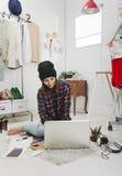 Tillfällig bloggerkvinna som arbetar i hennes modekontor. fotografering för bildbyråer