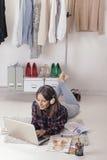 Tillfällig bloggerkvinna som arbetar med bärbara datorn i hennes modekontor. royaltyfria foton