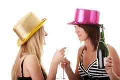 tillfällig champagne som tycker om två unga kvinnor Fotografering för Bildbyråer