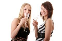 tillfällig champagne som tycker om två unga kvinnor Arkivbild