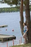 Tillfällig flicka som lutas på träd Royaltyfri Fotografi