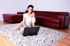 tillfällig flickautgångspunktbärbar dator royaltyfri bild