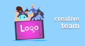 Tillfällig folkgrupp på minnestavlan med det idérika laget för logo över blått märka för bakgrundslägenhet som är horisontal stock illustrationer