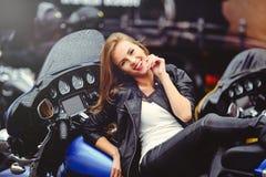 Tillfällig härlig kvinna på en motorcykel i det ljusa leendet för gata på en solig dag Royaltyfria Bilder