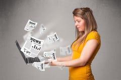 Tillfällig holdinanteckningsbok och läsning för ung kvinna den nya sprängmedlet Arkivbild