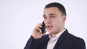 tillfällig isolerad för mobil talande white telefonstående för affärsman Isolerat på vit stock video