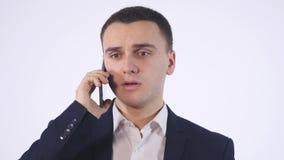 tillfällig isolerad för mobil talande white telefonstående för affärsman Isolerat på vit lager videofilmer