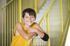 Tillfällig klädd ung tonårig ståendelivsstil för skateboradåkare utomhus Fotografering för Bildbyråer