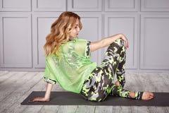 Tillfällig komfort för sexiga blonda kläder för kvinnagymnast idrotts- Royaltyfri Fotografi