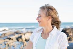 Tillfällig kvinna som ler vid havet arkivfoto
