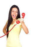 Tillfällig kvinna som ropar en röd telefon Royaltyfri Foto