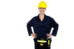 Tillfällig kvinnabyggnadsarbetarestående Royaltyfria Foton